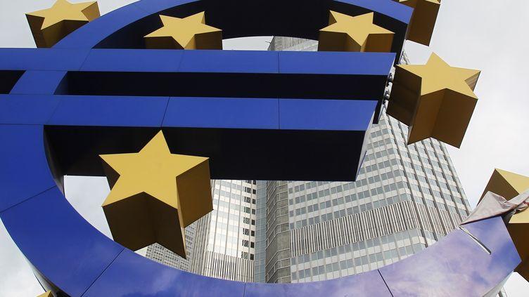 Une sculpture de l'euro devant le siège de la Banque centrale européenne à Francfort (Allemagne),le 24 janvier 2012. (LMAR NIAZMAN / REUTERS)