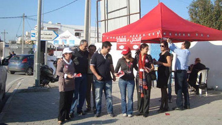 Un groupe d'Ettakatol devant son stand dans le quartier de Laouina, à Tunis. (Photo Laurent Ribadeau Dumas)