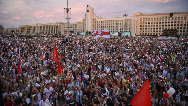 Des manifestants contestent le résultatdel'élection présidentielle en Biélorussie, à Minsk, le 18 août 2020. (SERGEI GAPON / AFP)