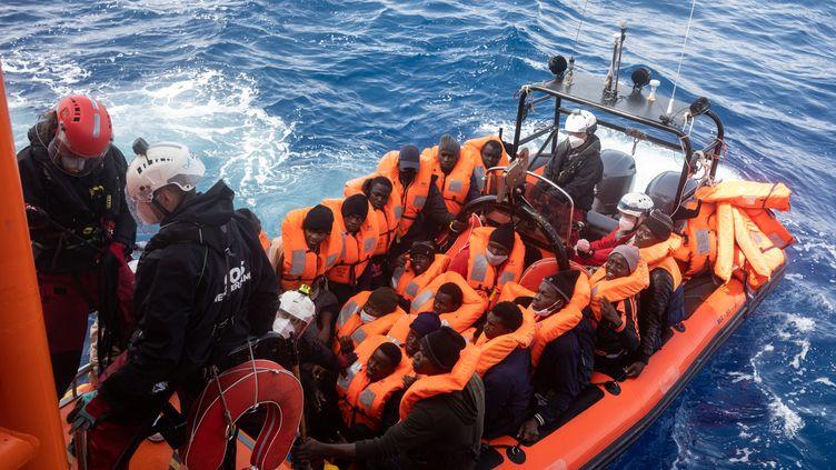 L'équipe de l'Ocean Viking, navire de SOS Méditerranée, a secouru le 20 mars 2021, 106 personnes au large de la Libye. (JEREMIE LUSSEAU / HANS LUCAS / AFP)