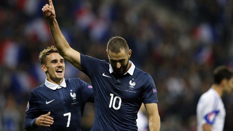 Antoine Griezmann félicitant Karim Benzema lors de son dernier but en équipe de France, face à l'Arménie le 8 octobre 2015, à Nice. (VALERY HACHE / AFP)