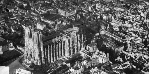 Vue aérienne de la cathédrale de Reims au début du XXe siècle (AFP - ministère de la Culture - Médiat - RMN)