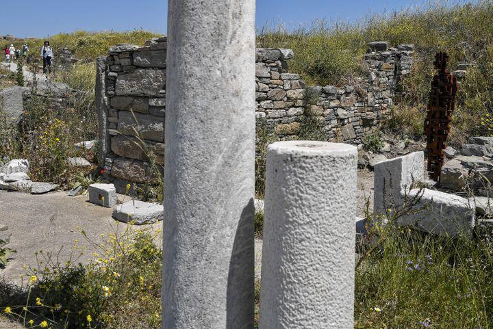 Statue de l'artisteAntony Gormley exposée sur l'île de Delos, en Grèce,mai2019 (LOUISA GOULIAMAKI / AFP)