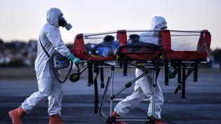Des militaires font une démonstration de transport d'un patient malade du Covid-19 au Brésil, le 22 juillet 2020. (DOUGLAS MAGNO / AFP)