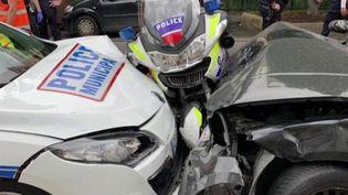 Deux policiers à moto auraient été percutés de façon volontaire lundi 27 avril, à Colombes, dans les Hauts-de-Seine. L'agresseur a été interpellé. (FRANCE 2)