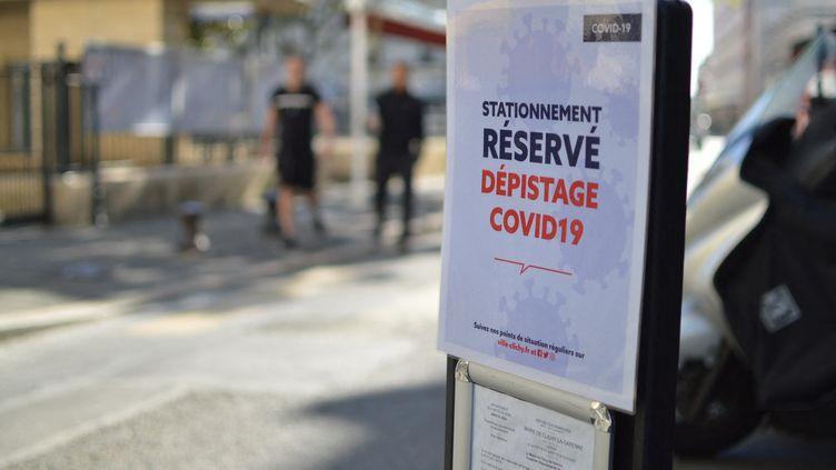 A la mairie de Clichy (Hauts-de-Seine), il est possible de subir un test de dépistage au coronavirus. (VICTOR VASSEUR / FRANCE-INFO)