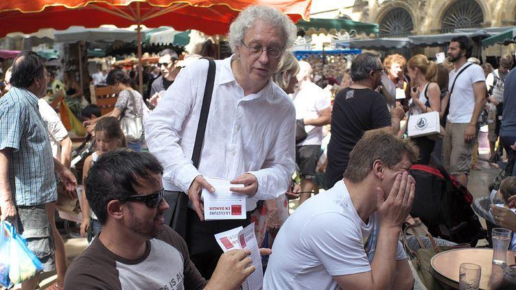 Bernard Foccroulle, directeur du festival d'Aix-en-Provence, distribue des tracts lors d'une marche des intermittents du spectacle, le 14 juin 2014 à Aix.  (Boris Horvat / AFP)