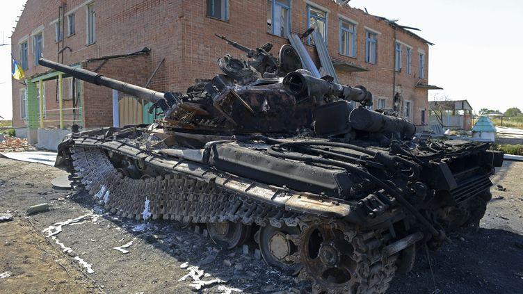 Un tank détruit à Talakovka, près de Marioupol (Ukraine), le 6 septembre 2014. (ALEXANDER KHUDOTEPLY / AFP)