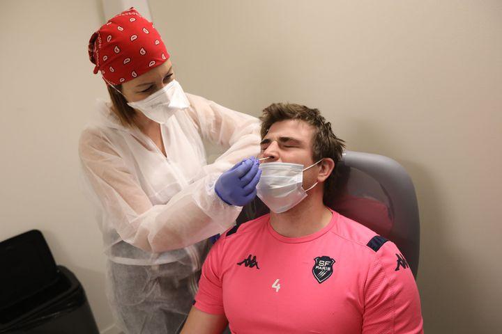 Mathieu De Giovanni, joueur du Stade Français, lors d'un test virologique RT-PCR. (ARNAUD JOURNOIS / MAXPPP)