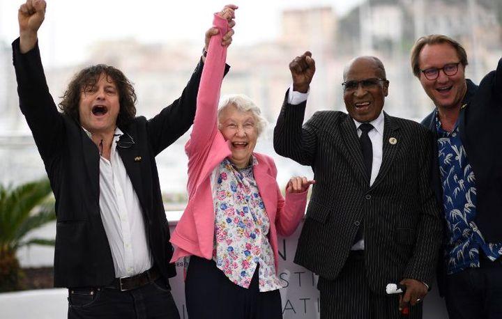 De gauche à droite,le cinéaste Gilles Porte, l'activiste politique Sylvia Neame, l'ancien prisonnier politique Andrew Mlangeni et le réalisateur Nicolas Champeaux posent le 14 mai 2017 lors d'un photocall à l'occasion de la présentation de leur film «L'Etat contre Mandela et les autres (The State Against Mandela)» en sélection officielle de la 71e édition du Festival de Cannes.  (Loic VENANCE/AFP)