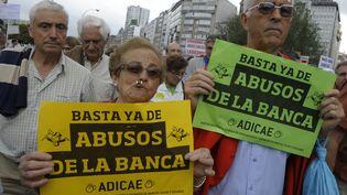 """Des clients protestent contre """"les abus des banques"""" lors d'une manifestation organisée par l'Association des usagers des banques, le 2 juin 2012 à Coruna. (MIGUEL RIOPA / AFP)"""