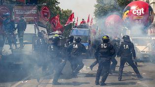 Des policiers devant des camions de la CGT, le 1er mai 2019, à Paris. (ZAKARIA ABDELKAFI / AFP)