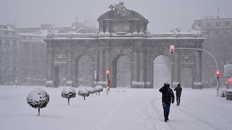 La neige tombe à Madrid, en Espagne, le 9 janvier 2021. (GABRIEL BOUYS / AFP)