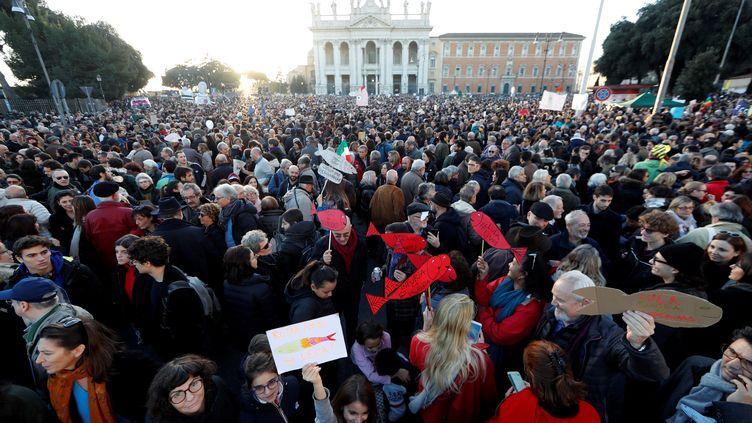 """Des dizaines de """"sardines"""" manifestent à Rome pour dénoncer les idées de l'extrême droite italienne, samedi 14 décembre 2019. (YARA NARDI / REUTERS)"""