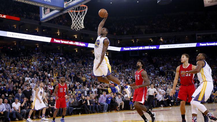 A l'image de ce dunk de Harrison Barnes, les Warriors de Golden State survolent le début de siason de la NBA (EZRA SHAW / GETTY IMAGES NORTH AMERICA)