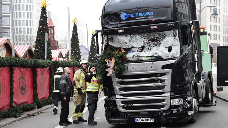 Le camion qui a foncé dans la foule présente surle marché de Noël de la Breitscheidplatz, àBerlin (Allemagne), le 19 décembre 2016. (TOBIAS SCHWARZ / AFP)