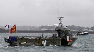 Un navire militaire français déployé non loin de l'île britannique de Jersey, le 6 mai 2021. (SAMEER AL-DOUMY / AFP)