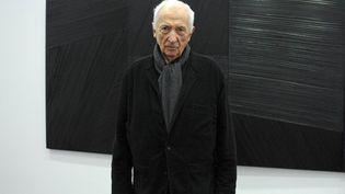 """Pierre Soulages posant devant une de ses oeuvres de """"l'outrenoir""""en 2010  (MIGUEL MEDINA/AFP)"""