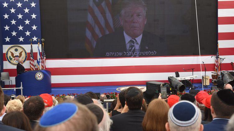 """""""Que Dieu bénisse cette ambassade.""""Un message enregistré par le président américain Donald Trump est diffusé lors de l'inauguration de l'ambassade des Etats-Unis à Jérusalem, le 14 mai 2018. (MAXPPP)"""