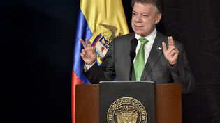 Le président colombien, Juan Manuel Santos, s'exprime lors de l'inauguration d'un salon littéraire, le 19 avril 2016, à Bogota (Colombie). (GUILLERMO LEGARIA / AFP)