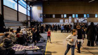 Dans un des trois gymnases du Teil (Ardèche), lundi 11 novembre, après le séisme. (JEFF PACHOUD / AFP)