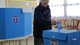 Un électeur israélien vote, le 2 mars 2020 à Tel Aviv, pour les élections législatives, les troisièmesen un an. (GIL COHEN-MAGEN / AFP)