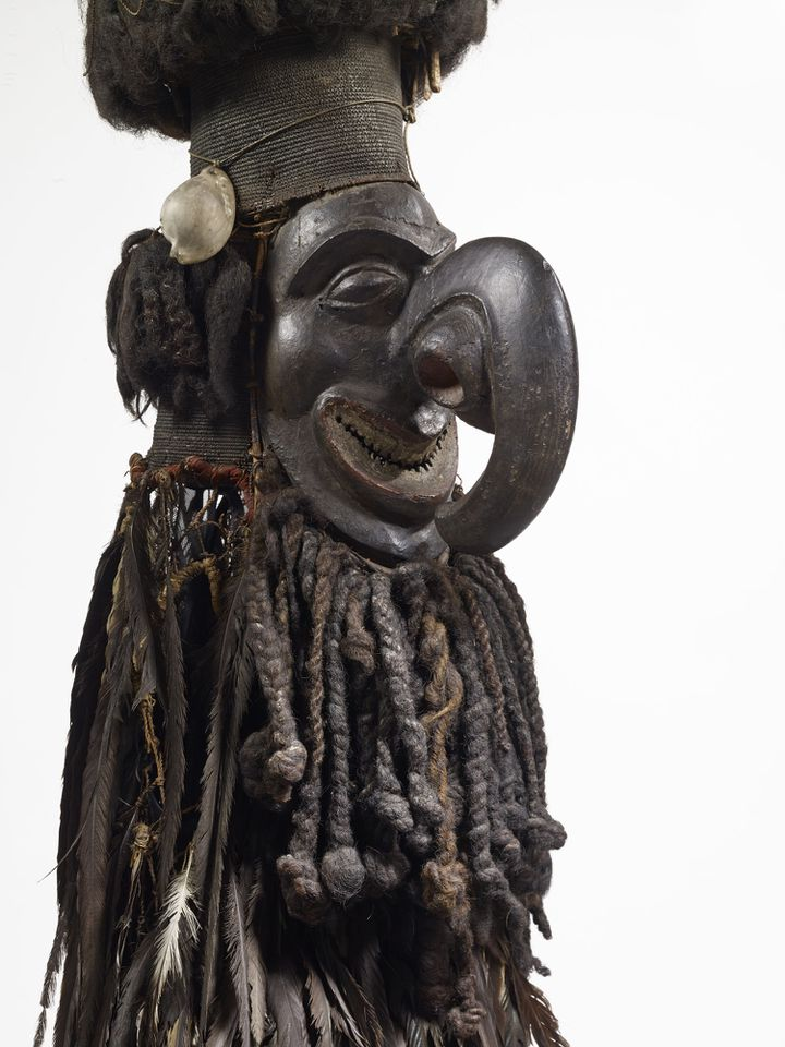 Masque Kanak en fibres végétales, plumes, cheveux, bois sculpté, pigments(restauré grâce au soutien de la Fondation BNP Paribas)  (Musée du Quai Branly, photo Claude Germain)