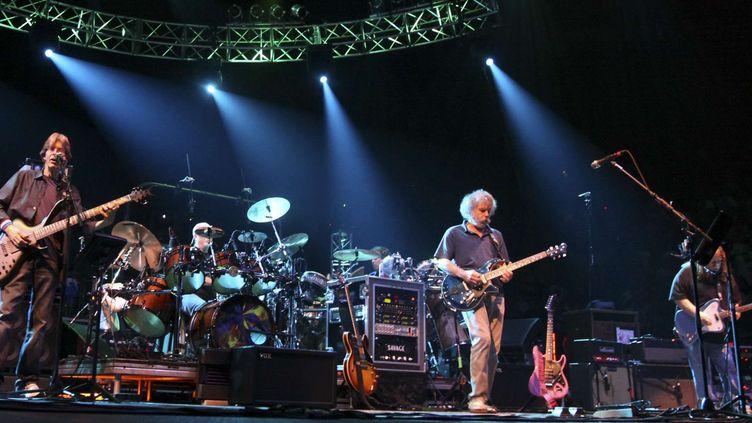 Les anciens membres de Gratefiul Dead, Phil Lesh (à gauche) et Bob Weir (au centre) avec Warren Haynes (à droite) en concert en 2009 sous le nom de The Dead.  (Ricahrd Vogel/AP/SIPA)