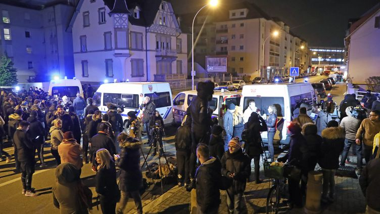Des journalistes et des riverains du quartier se sont massés autour du cordon de sécurité jeudi 13 décembre à Strasbourg. (JEAN-MARC LOOS / MAXPPP)
