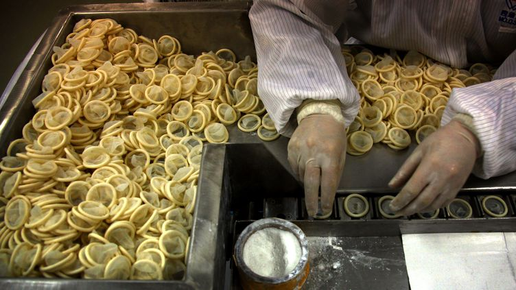 Une usine de fabrication de preservatifs, à Yantai, en Chine, le 6 février 2012. (DAVID GRAY / REUTERS)