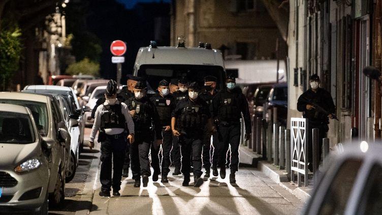 Des policiers sécurisent un quartier d'Avignon (Vaucluse), le 5 mai 2021 après la mort d'Eric Masson en opération. (CLEMENT MAHOUDEAU / AFP)
