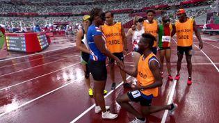 Le guide capverdien demance sa partenaire en mariage, juste après leur course, jeudi 2 septembre, lors des Jeux paralympiques de Tokyo. (franceinfo: sport)