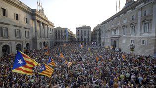 Des Catalans célèbrent le voteau parlement catalan ouvrant la voie à l'indépendance de la région, le 27 octobre. (LLUIS GENE / AFP)