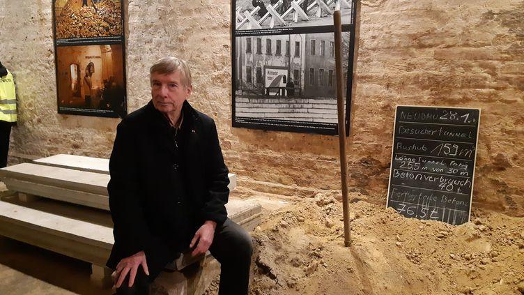 """Ulrich Pfeifer était un """"fluchthelfer"""", littéralement celui qui aide à la fuite. Il a creusé des tunnels sous Berlin pour aider au passage de l'Est à l'Ouest. (SARAH TUCHSCHERER / FRANCE-INFO)"""