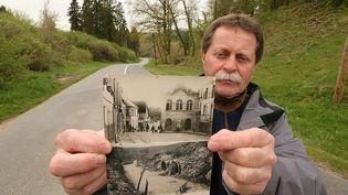 L'ancien maire de Craonne, Noël Genteur, en avril 2017, montrant deux photos de l'ancien village de Craonne avant et pendant la Première Guerre mondiale. (FRANCOIS NASCIMBENI / AFP)