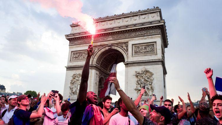 Foule en liesse au pied de l'Arc de Triomphe (EDOUARD RICHARD / HANS LUCAS)