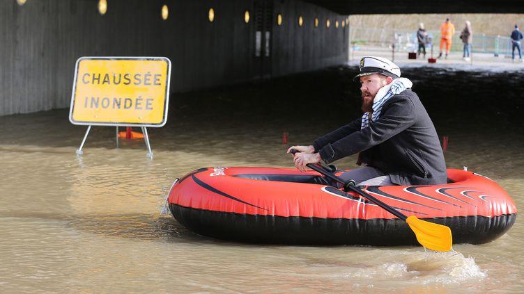Un homme se déplace dans un bateau pneumatique, le 13 février 2016, sous un pont inondé à Bordeaux (Gironde). (MAXPPP)