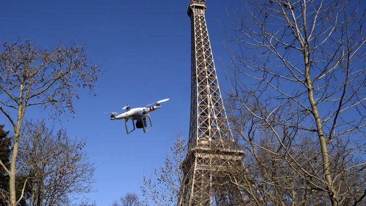 Un drone vole près de la Tour Eiffel à Paris, le 27 février 2015. (photo d'illustration) (DOMINIQUE FAGET / AFP)