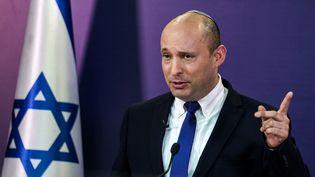 Le chef de la droite radicale israélienne, Naftali Bennett, donne une conférence de presse au Parlement, à Jérusalem, le 6 juin 2021. (MENAHEM KAHANA / AFP)