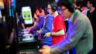 Des gens s'amusent avec des jeux vidéos au Tokyo Game Show, le 21 septembre 2018. (MARTIN BUREAU / AFP)