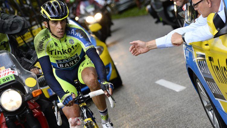 Alberto Contador sur son vélo malgré sa fissure du plateau tibial (LIONEL BONAVENTURE / AFP)