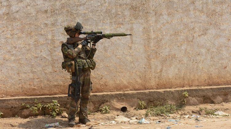 Un soldat français en faction à Bangui, la capitale centrafricaine, le 22 décembre 2013. (MIGUEL MEDINA / AFP)