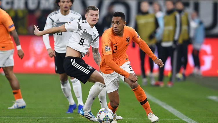 L'Allemand Toni Kroosface au NéerlandaisKenny Tete, lors du match Allemagne-Pays-Bas, de la Ligue des nations, à Gelsenkirchen (Allemagne), le 19 novembre 2018. (HELGE PRANG / GES-SPORTFOTO / AFP)