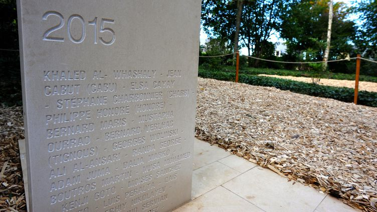 (Une stèle du mémorial des journalistes assassinés à Bayeux  © Maxppp)