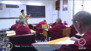 Des moines à l'université au Tibet. (France 2)