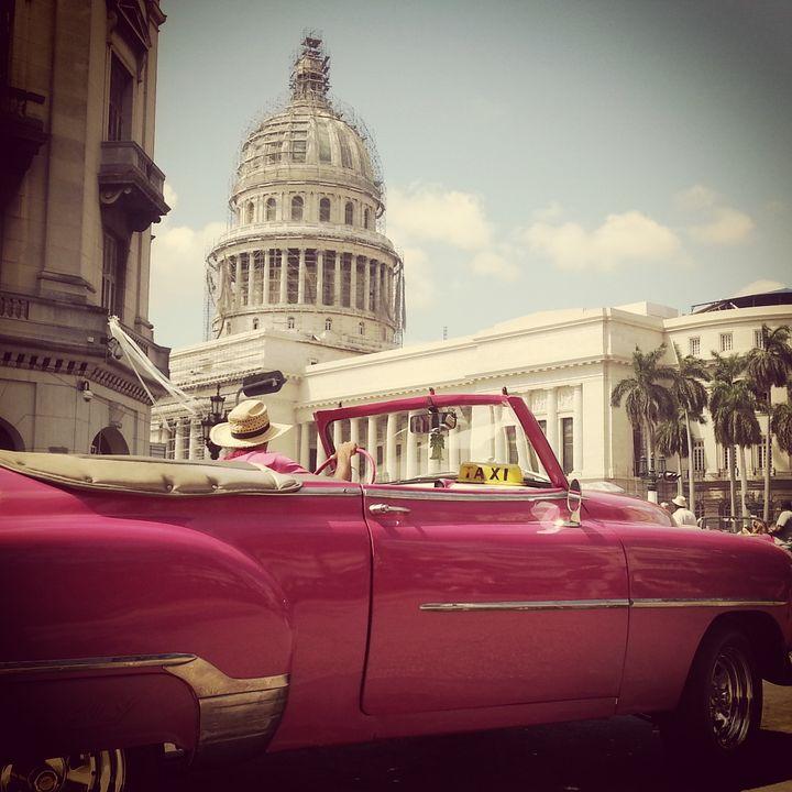 (A Cuba, les vieilles voitures américaines roulent encore. © Gaele Joly)