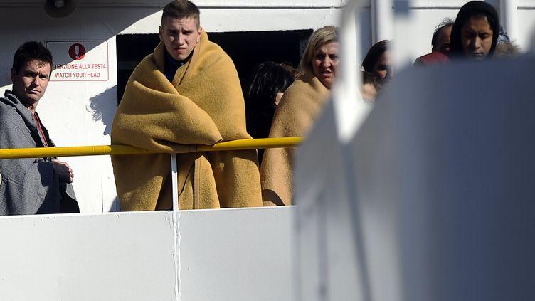 """Quelques heures après le naufrage, les passagers du """"Concordia"""" arrivent au port italien de Santo Stefano, le 14 janvier 2012. (FILIPPO MONTEFORTE / AFP)"""