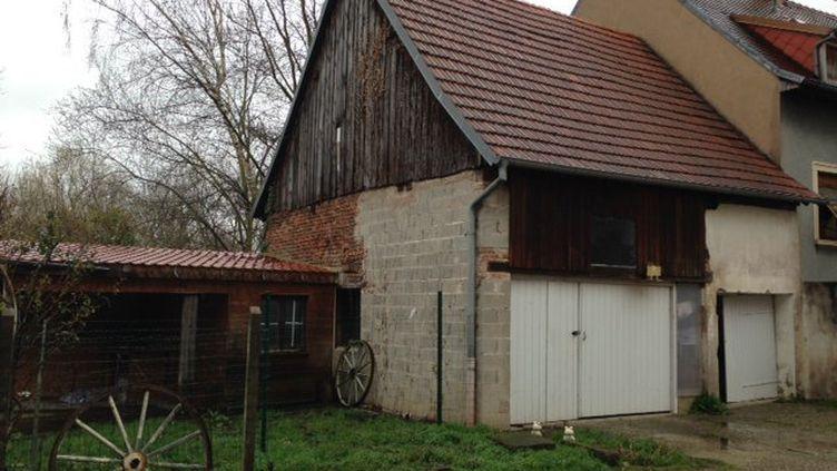 Le corps d'un homme a été retrouvé dans un tonneau de cette dépendance à Dettwiller (Bas-Rhin), mardi 1er mars. (VALERIE ROY / FRANCE 3 ALSACE)