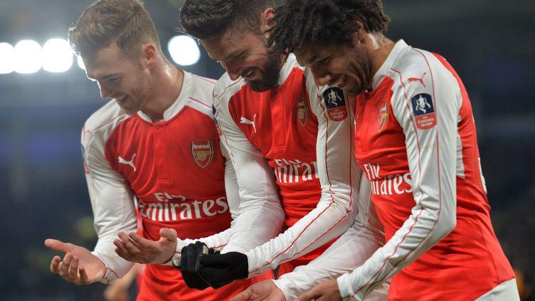 L'attaquant français d'Arsenal, Olivier Giroud (au centre), ici montrant sa joie avec ses coéquipiers d'Arsenal.