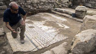 L'archéologue israélien Uzi Ad présente la mosaïque à la presse, le 8 février 2018 à Césarée  (Jack Guez / AFP)
